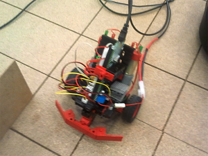 Hardwarepraktikum Robotik: Der Roboter von K. Lorey und E. Laude